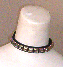 1 Row Of Pyramids Choker